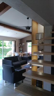 Détail du meuble multifonction sur mesure en chêne clair et blanc avec éclairage leds intégré.