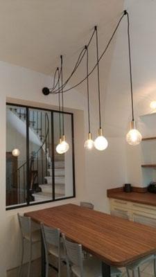 Astuce trouvée pour placer un luminaire au-dessus de la table de repas quand l'arrivée électrique est au mur et qu'il faut épargner le plafond voûté...