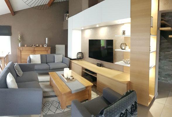 Après travaux. Meuble TV sur-mesure en chêne clair et blanc laqué avec étagères et rangements fermés, éclairage spots intégré.