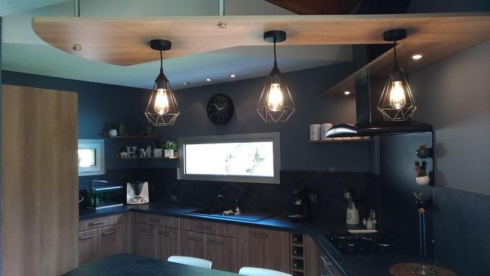 La cuisine après travaux. Nouveau, plan, nouvelle crédence et nouveaux luminaires.