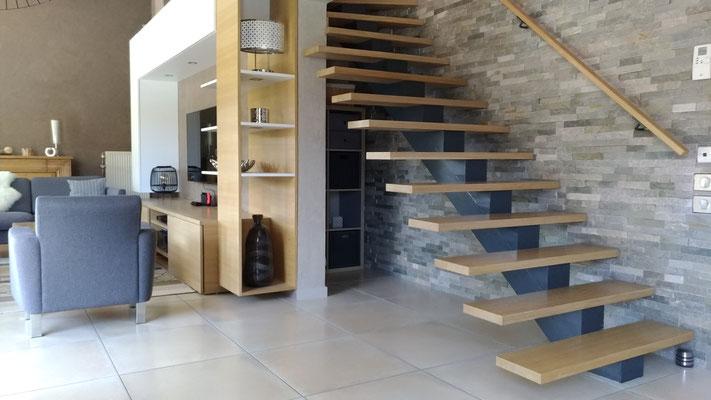 Détail du meuble tv multifonction encastré sous l'escalier.