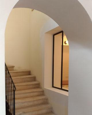 Création d'une verrière entre une cuisine voûtée et un bel escalier en pierre de taille.