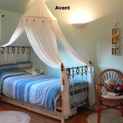 Avant : une chambre romantique de petite fille dans des tonalités de bleu pastel avec lit ancien, ciel de lit en voile de lin, et frise coquillages au mur.