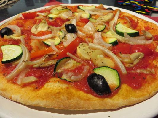 Ach so, und natürlich darf die Stärkung mit Veggie-Essen bei all dem Knobeln nicht fehlen! Hier die leckere Pizza Vegetaria ohne Käse.