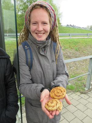 Beim Warten auf Saarbahn-Nachzügler testeten wir die ersten Backwaren ...
