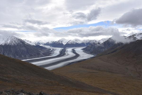 Der Blick auf den Kaskawulsh Gletscher vom Vorgipfel des Observation Mountains. Rechts im Bild ist das Plateau sichtbar.