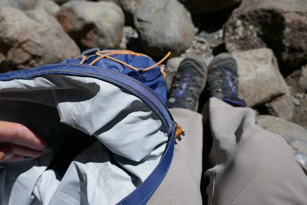 Der Cloudburst 25l verfügt lediglich über ein Fach. Mit kleinen Täschchen und Trockensäcken lässt sich aber das Innere gut organisieren.