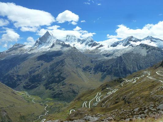 Der Ausblick von der Passhöhe während der Fahrt mit dem Colectivo.