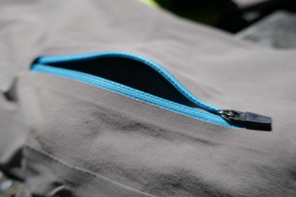 Die R'ADYS Travel Softshell Pants verfügt über lraktisvhe Reissversvhlusstaschen.