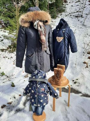 Schneeanzüge und Winterstiefel für Kinder