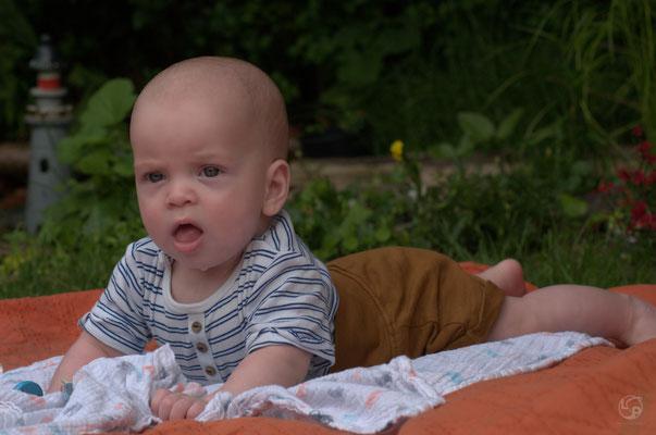 baby shooting im garten - lady sahmara photo - kids - porträt - krefeld