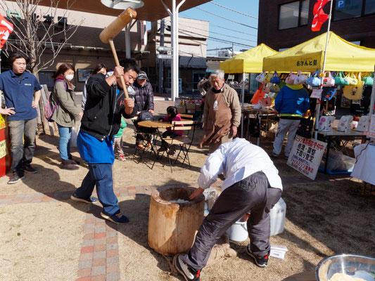 北本あきんど市(2015/2/27) 北本駅西口多目的広場で開催し、餅つきを行いました。