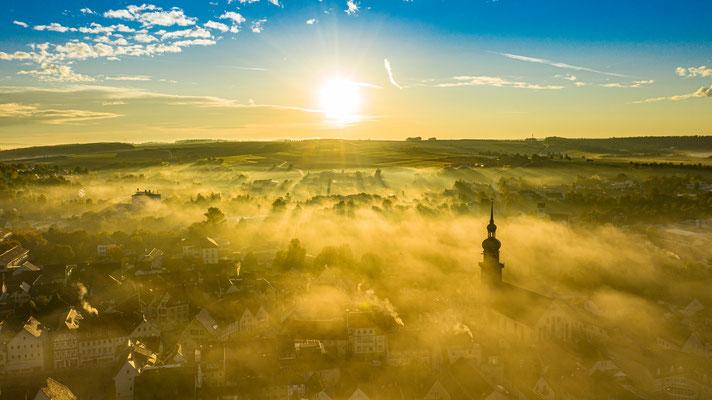 Dieser Sonnenaufgang in Mellrichstadt an einem vernebelten Oktober Morgen ist ein Traum für jeden Fotografen