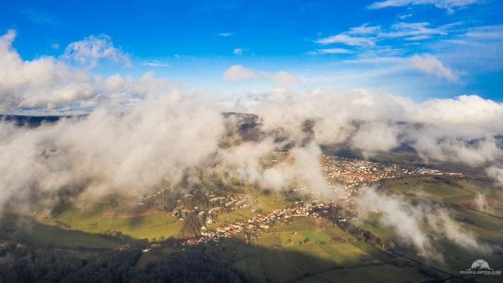 Blick vom Kreuzberg auf Bischofsheim im Nebel
