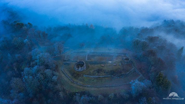 Die Burgruine Osterburg im Nebel - Mystisch