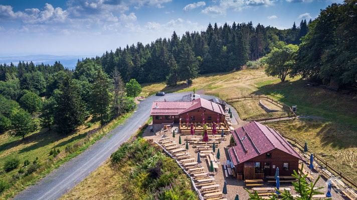 ...... wohl mit die schönste Berghütte in der bayerischen Rhön. Die Gemündener Hütte am Kreuzberg