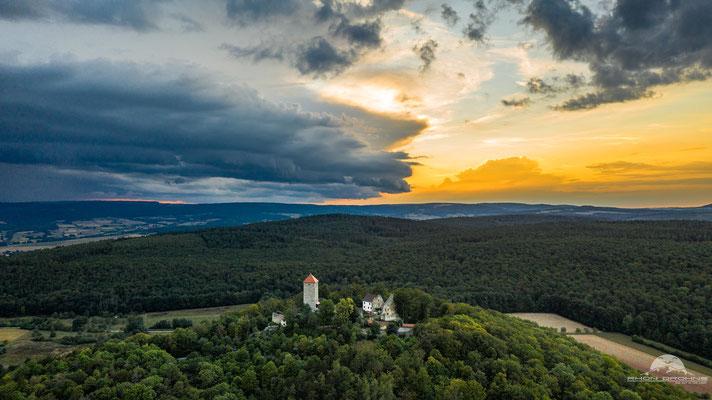 Das Gewitter verdrängt die Abendsonne an der Lichtenburg