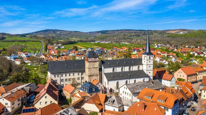 Der Stadtturm und die katholische Kirche von Bischofsheim