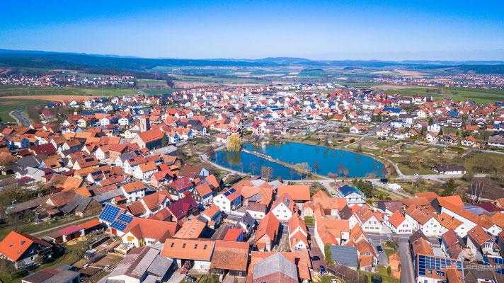 """Die Gemeinde Hohenroth. Schön zu sehen die Freizeitanlage """"Kalter Rasen"""" mit See"""