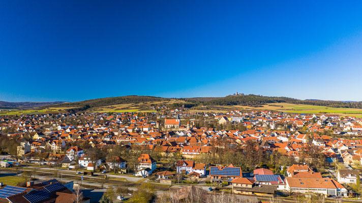 Ostheim vor der Rhön. Im Hintergrund zu sehen die größte Kirchenburganlage Deutschlands