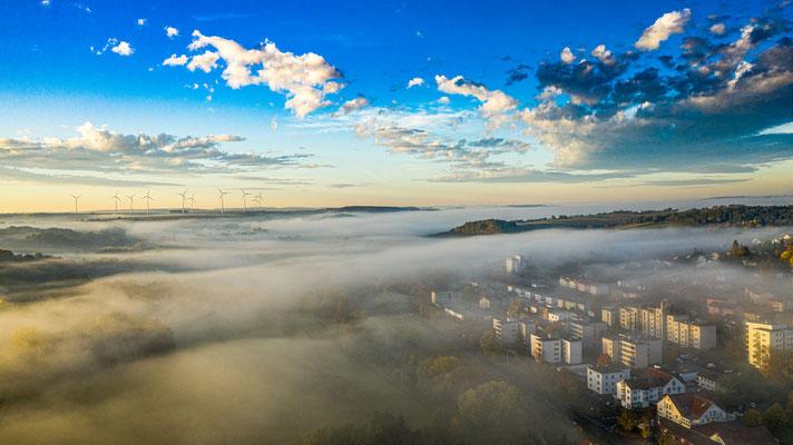 Der Hainberg in Mellrichstadt an einem vernebelten Oktober Morgen