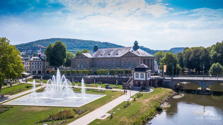 Der Rosengarten mit seinem wunderschönen Brunnen in Bad Kissingen. Im Hintergrund zu sehen der Regentenbau