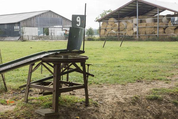 Geitengolf hindernis met uitzicht op de boerderij