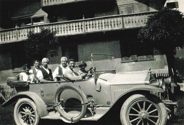 Das erste Postauto am Kleinberg mit Hans Kunz (1907-1970) am Steuer im Sommer 1927