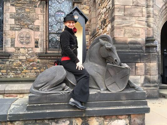 Anna reitet auf dem königlichen Ross