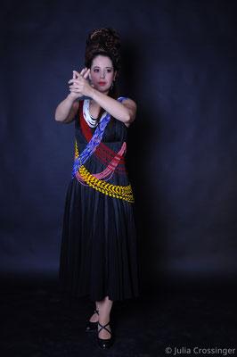 Flamenco-Kleid mit Perlenschnüren und farbigen Unterröcken