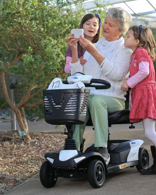 Mit Elektromobil Scooter aktivam Leben teilnehmen