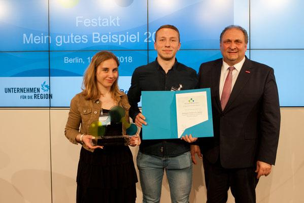 Hans Peter Wollseifer, Präsident des Zentralverbandes des Deutschen Handwerks e.V., überreichte den Preis an Hanna und Jonas Neumann von Heideglas Uelzen. (© Bertelsmann Stiftung)