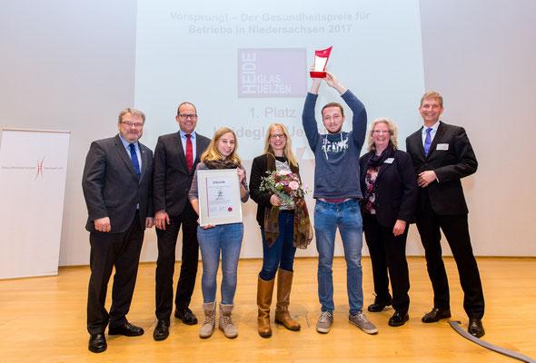 Hanna, Tanja und Jonas Neumann haben beim Niedersächsischen Gesundheitskongress im Schloss Herrenhausen die Auszeichnung erhalten. © BLACHURA PHOTOGRAPHY