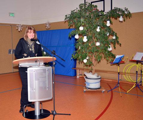 Schulleiterin Gabriele Hartwig begrüßt die Gäste