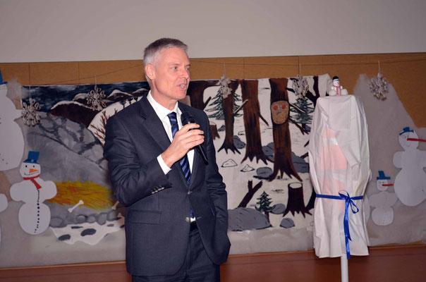 Herr Dr. Lösel gratuliert zum Zertifikat und beschreibt den langen Weg zur Qualifikation