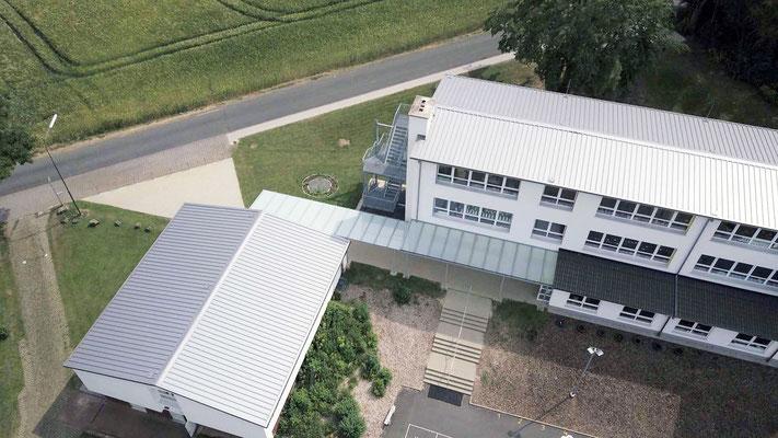 Schulgebäude mit Anbau für Betreuung und Mittagessen - Aufnahme MEDIENWERKSTATT Bernd Leßmöllmann