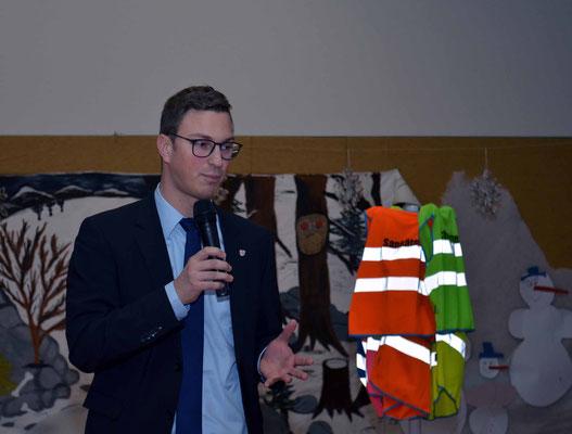 Bürgermeister Stenda gratuliert und stellt die Bedeutung der Grundschule Hohenroda heraus