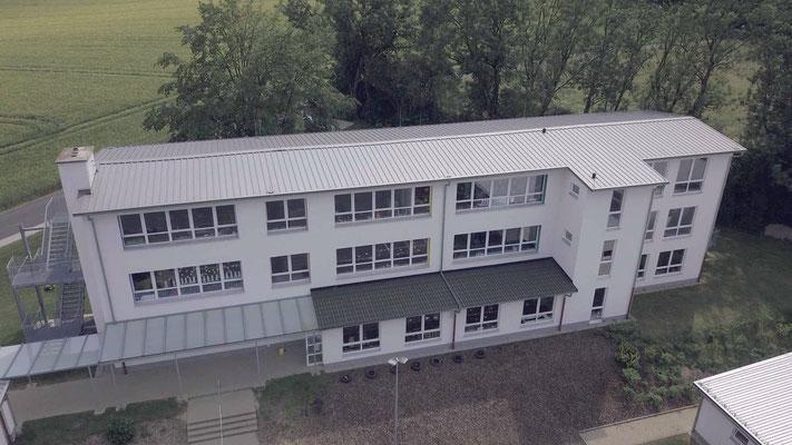 Schulgebäude mit Klassenräumen - Aufnahme MEDIENWERKSTATT Bernd Leßmöllmann