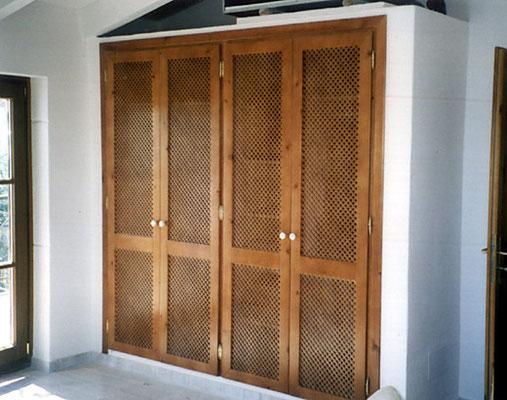 Einbauschrank, Pinie gebeizt, lackiert, Türen mit mallorqu. Geflecht