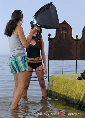 Carla spiega a Silvia la scena