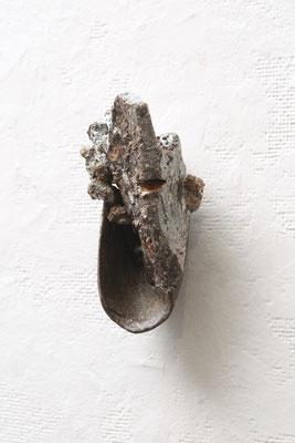 草履(sandal) / 2016 /  W6×D68×H15㎝/拾った石、陶土、釉薬( picked up stones  at riversides,stoneware,glaze)/ photo by Takeru Koroda