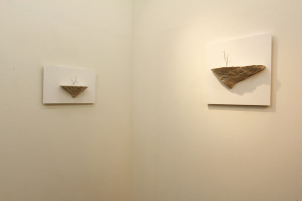 枯れ木を生ける(arrange the dead tree)/2012/W19×D10×H11㎝/ 陶土、釉薬、枯れ木(earthenware,glaze,dead tree)