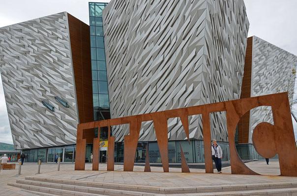 Im Jahr 2012 wurde das großartige Titanic-Museum in Belfast eröffnet. Es liegt auf dem Gelände der früheren Werft Harland & Wolff im neuen Stadtviertel Titanic Quarter.