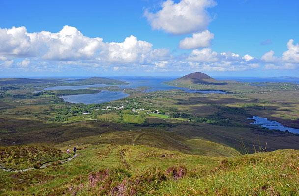 Bei unserer Wanderung auf den Diamond Hill haben wir einen herrlichen Ausblick über den Connemara-Nationalpark und die Küste.