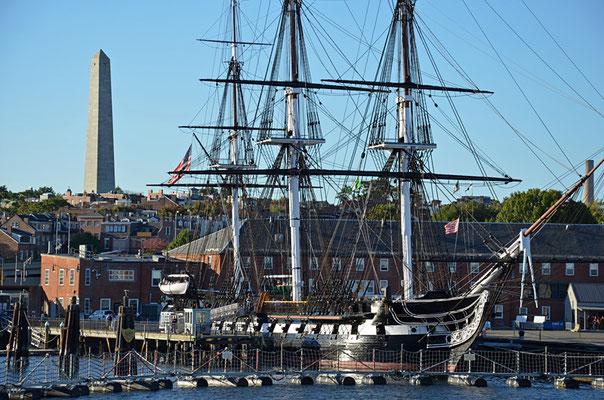 Die USS Constitution liegt im Charlestown Navy Yard vor Anker. Im Hintergrund das Bunker Hill Monument von 1843.