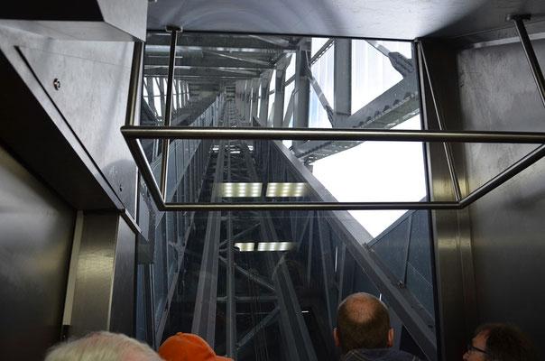 Fahrt mit dem Fahrstuhl nach oben.
