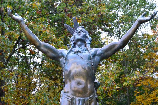 """Statue """"Hail to the Sunrise"""" zum Gedenken an die Mohawk Indianer (bei Charlemont in Massachusetts)"""