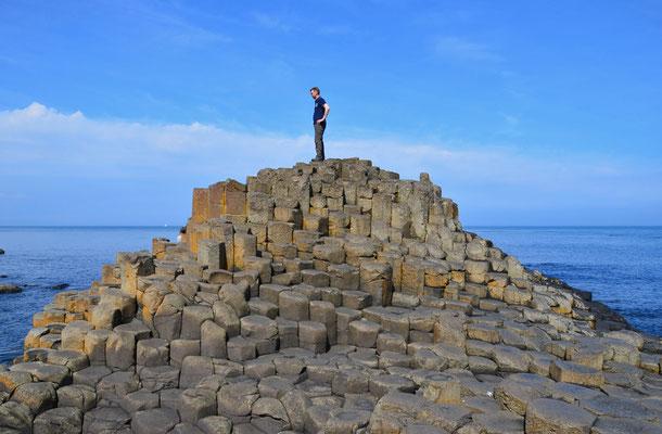 Der Giant's Causeway befindet sich an der nördlichen Antrim-Coast in Nordirland. Er besteht aus etwa 40.000 gleichmäßig geformten Basaltsäulen.