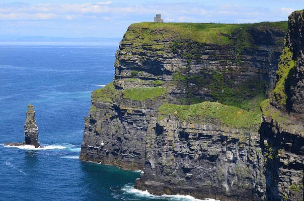 Über 200 m ragen die Steilklippen der Cliffs of Moher senkrecht aus dem Meere. Sie zählen zu den höchsten und spektakulärsten Klippen in Europa.