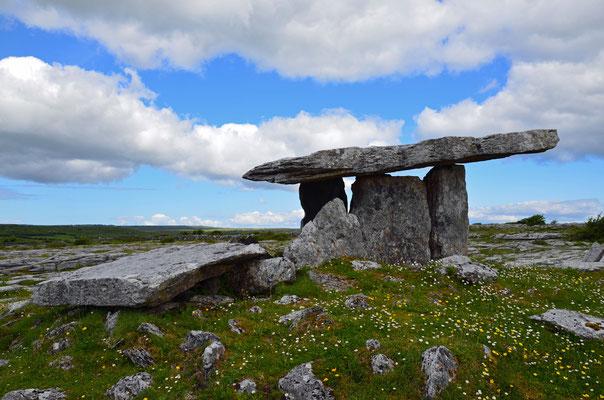 Unsere Reise geht weiter nach Süden in die Karstlandschaft des Burren-Nationalparks. Das Megalithgrab Poulnabrone Dolmen soll ca. 4000 Jahre als sein.